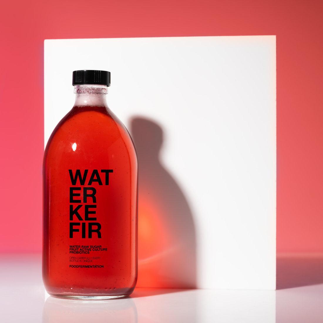 röd water kefir med skuggspel I studio