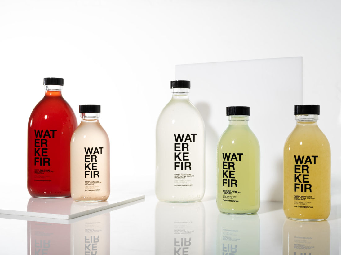 stilleben med water kefir I olika smaker och färger