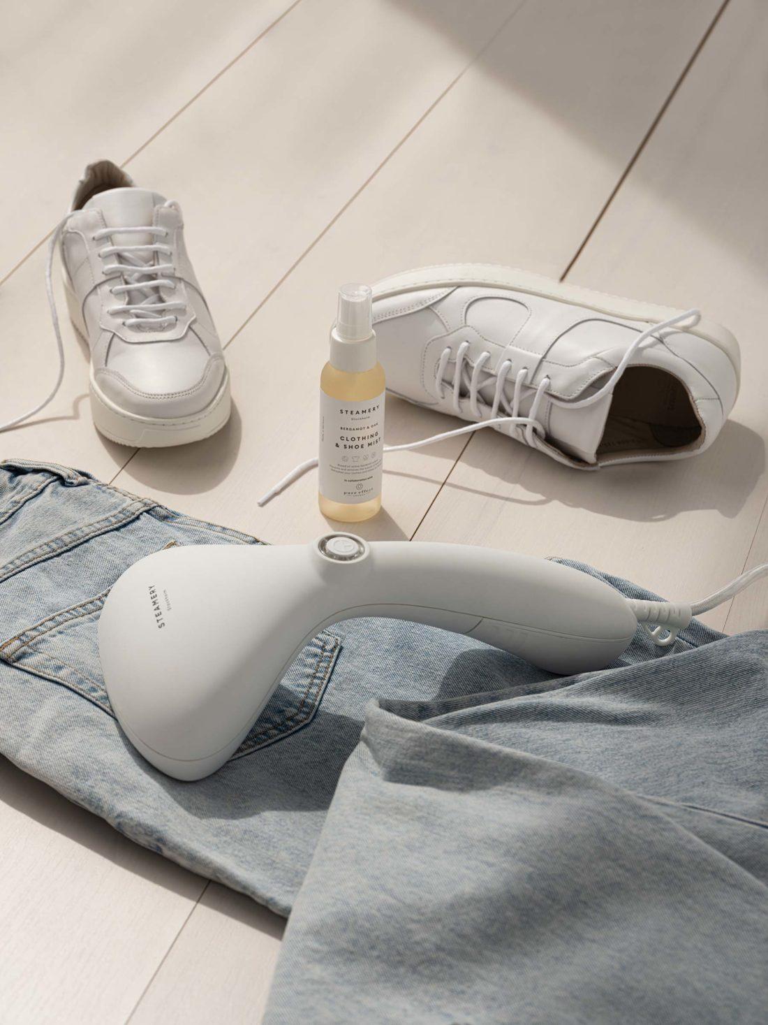 Sneakers och jeans i dagsljus på golvet fotograferat för Steamery