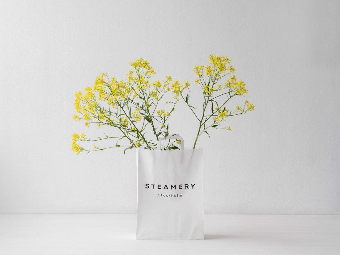 Shoppingpåse med gula blommor fotograferad för Steamery