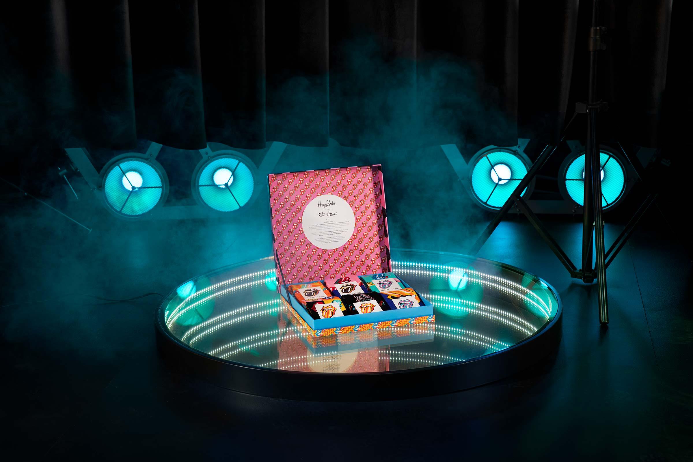 Infinityspegel med Rolling Stones strumpbox fotograferad för Happy socks
