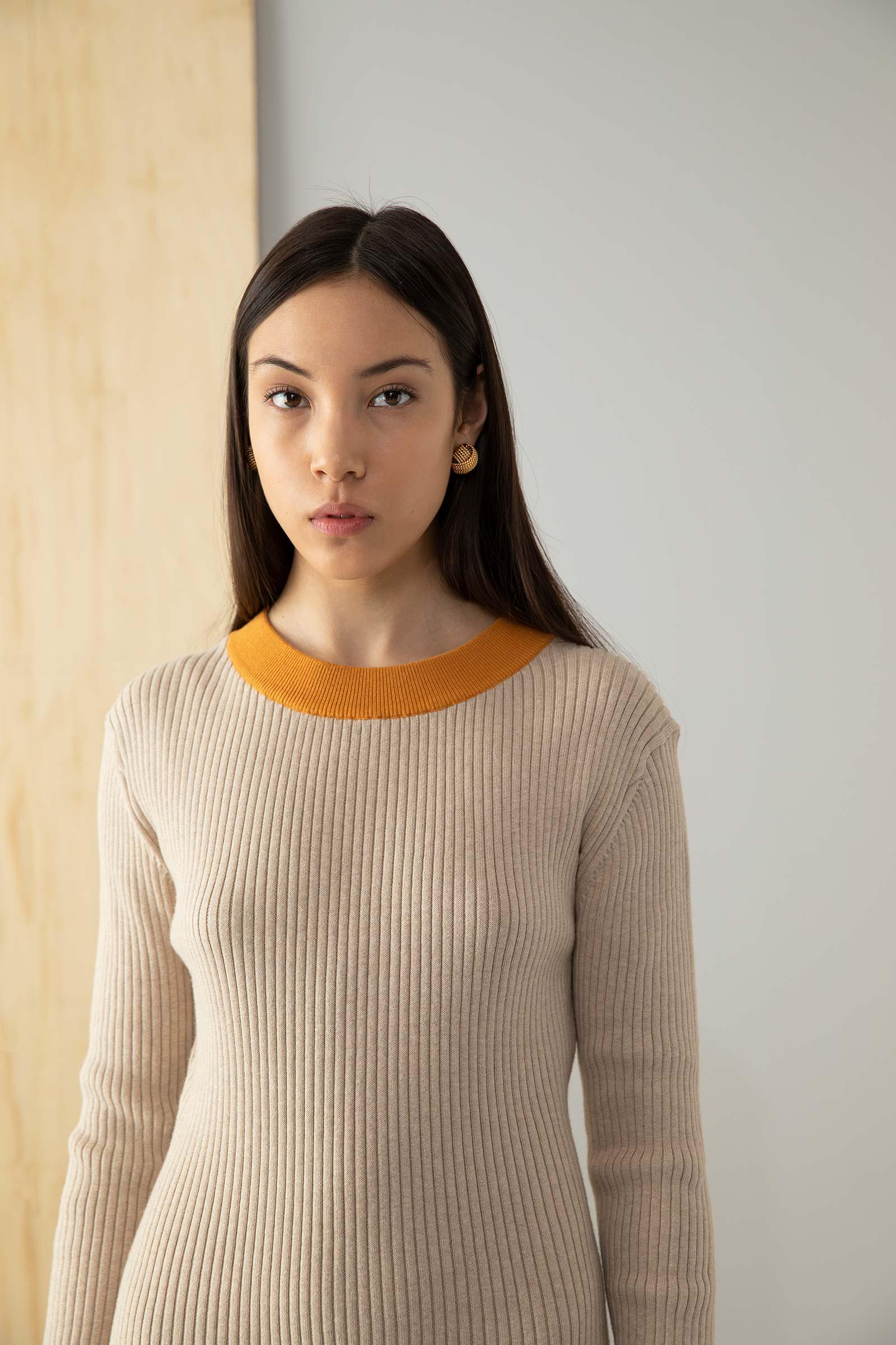 Modell i färglada kläder fotograferad i studio
