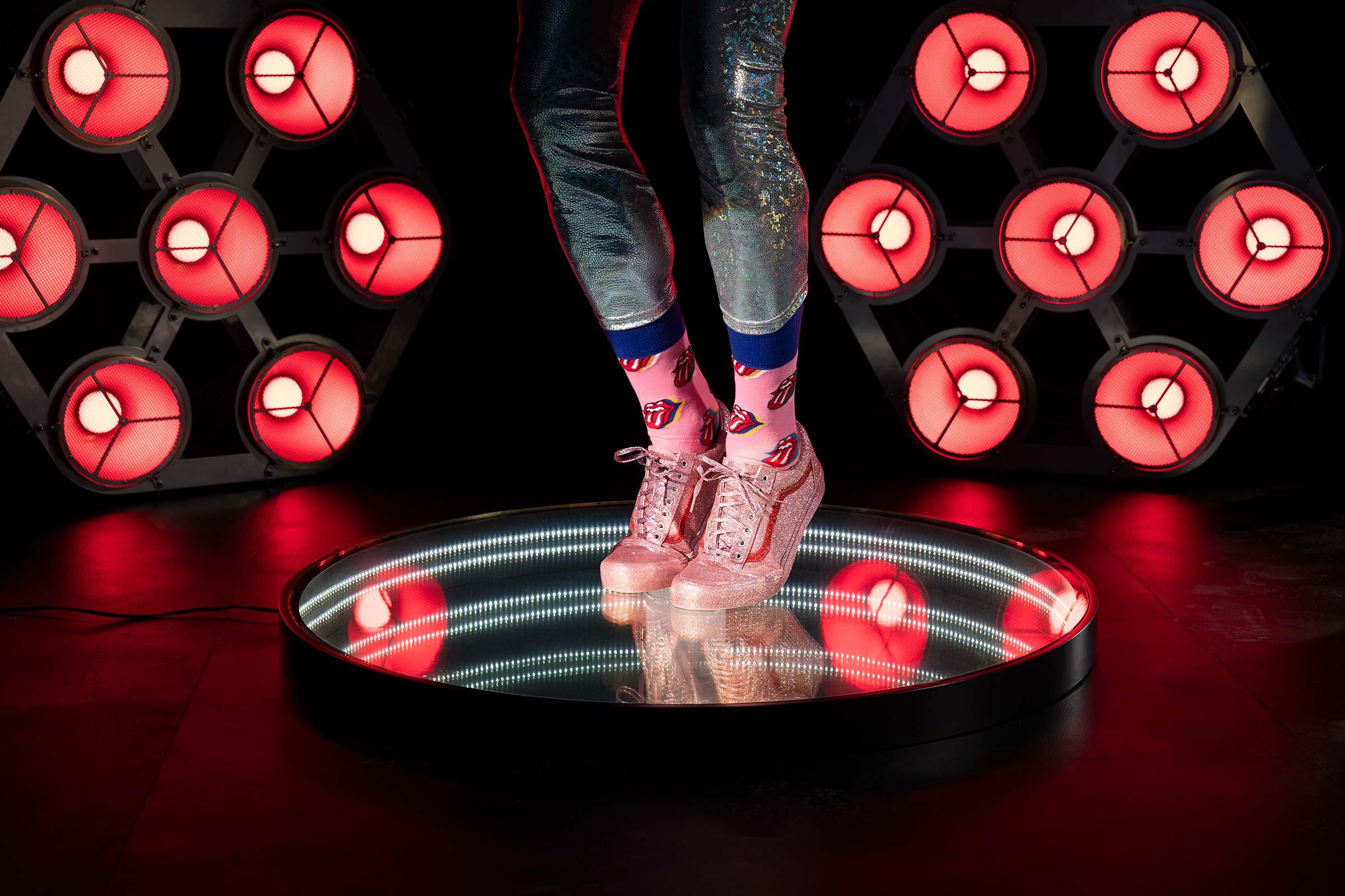 Mick Jagger liknande pose på en infinityspegel i rött scennljus fotograferat för Happy socks