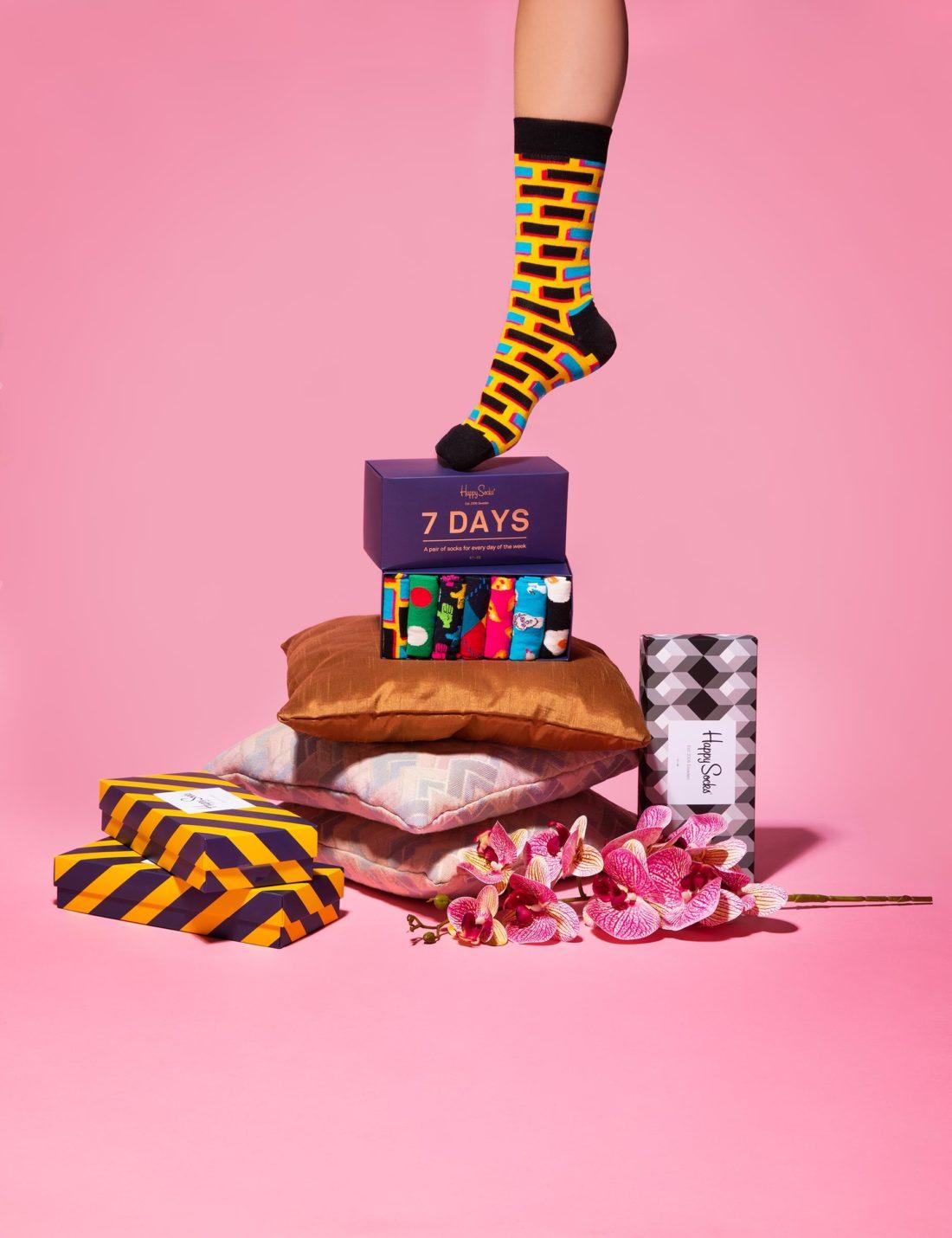 Kitsch I hög med 7 days strumpbox fotograferad för Happy socks