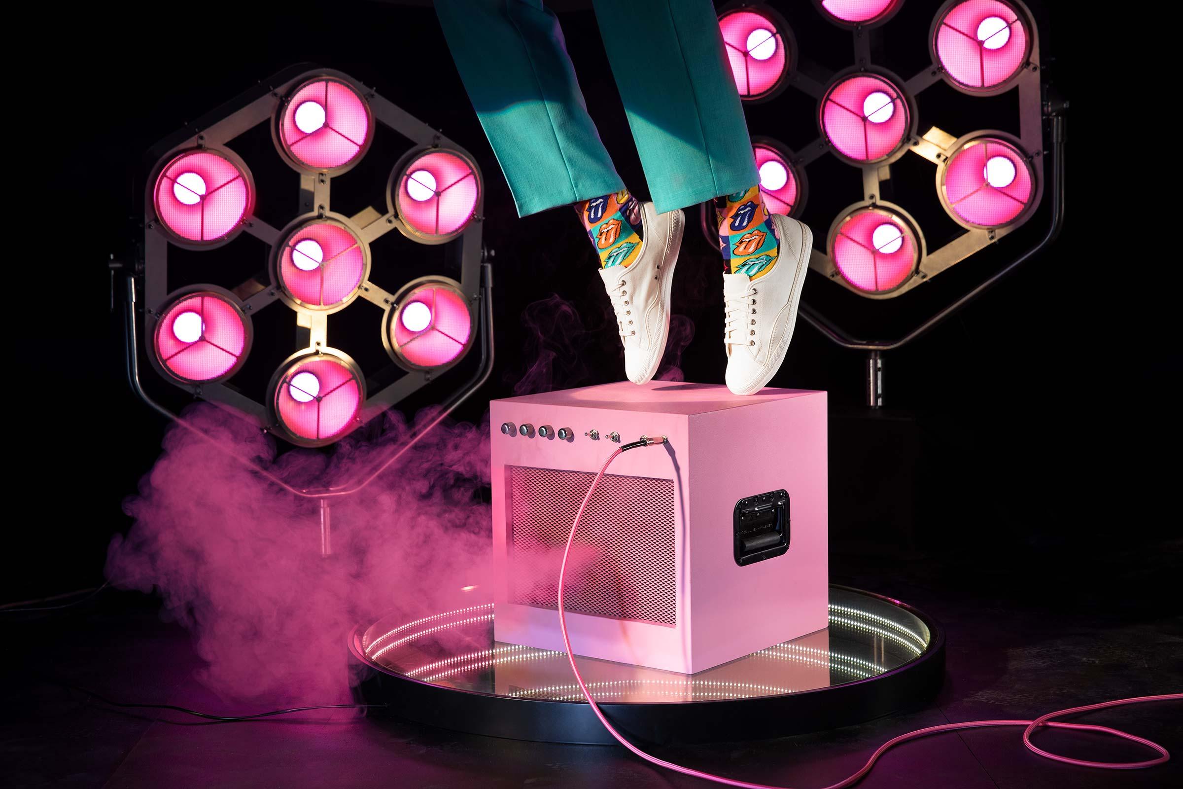 Rosa förstärkare med rök och scenljus fotograferat för Happy socks Rolling Stones kollektion
