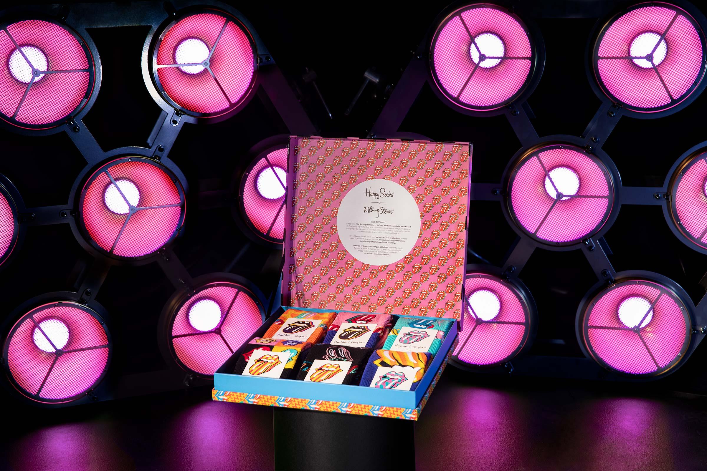 Rolling Stones strumpbox I lila scenljus fotograferad för Happy socks
