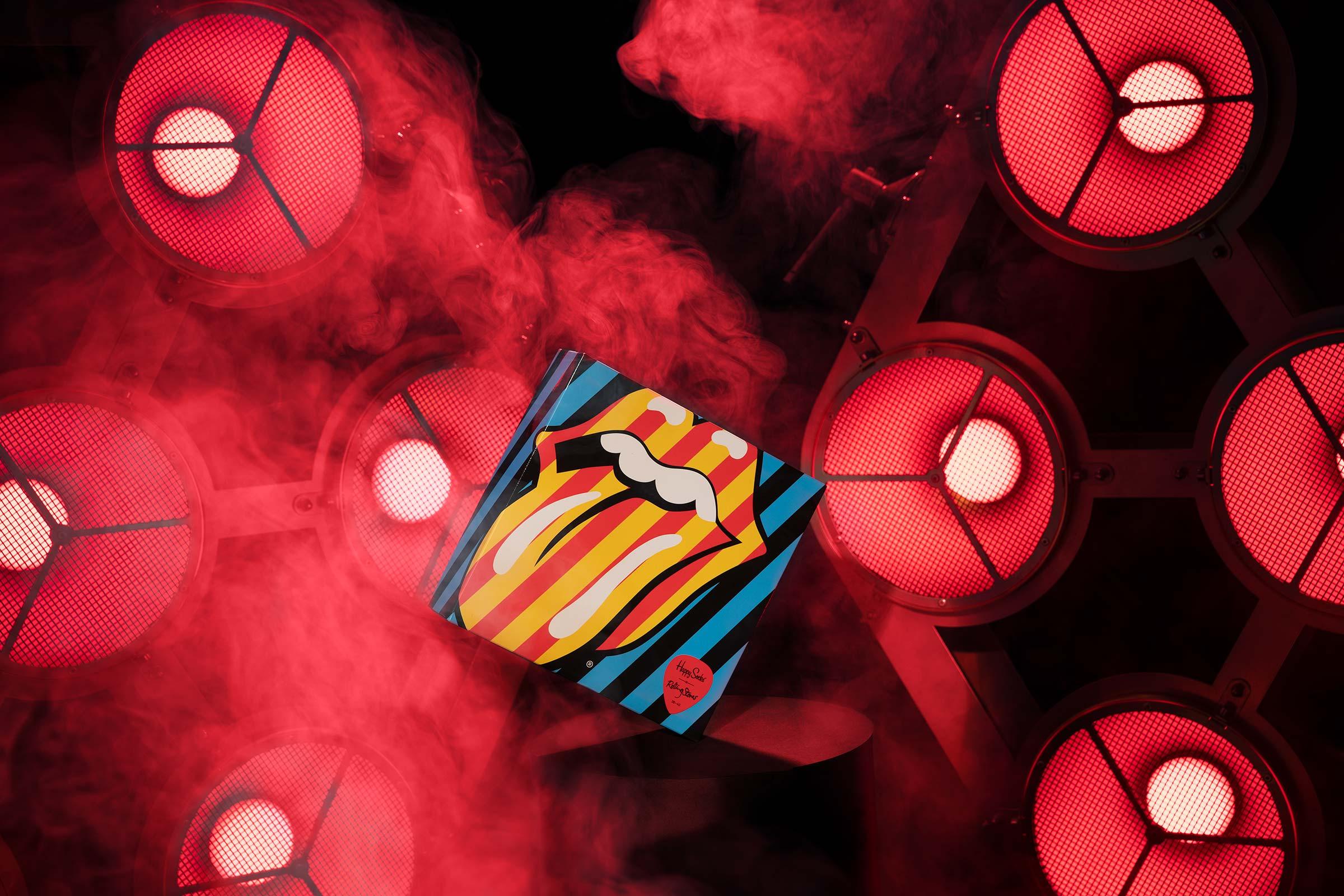 Happy Socks Rolling Stones fotograferat I rött scenljus med rökmaskin