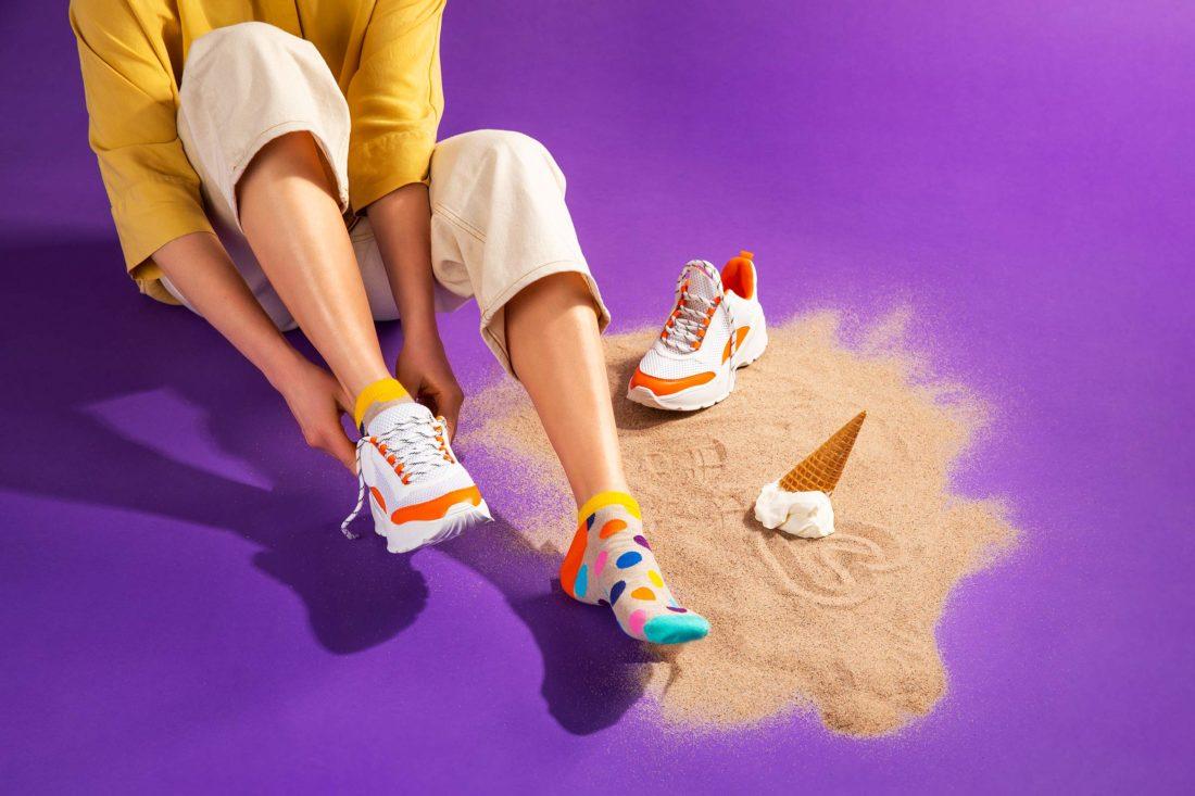 Sandstrand och mjukglass i lila studiomiljö för Happy socks