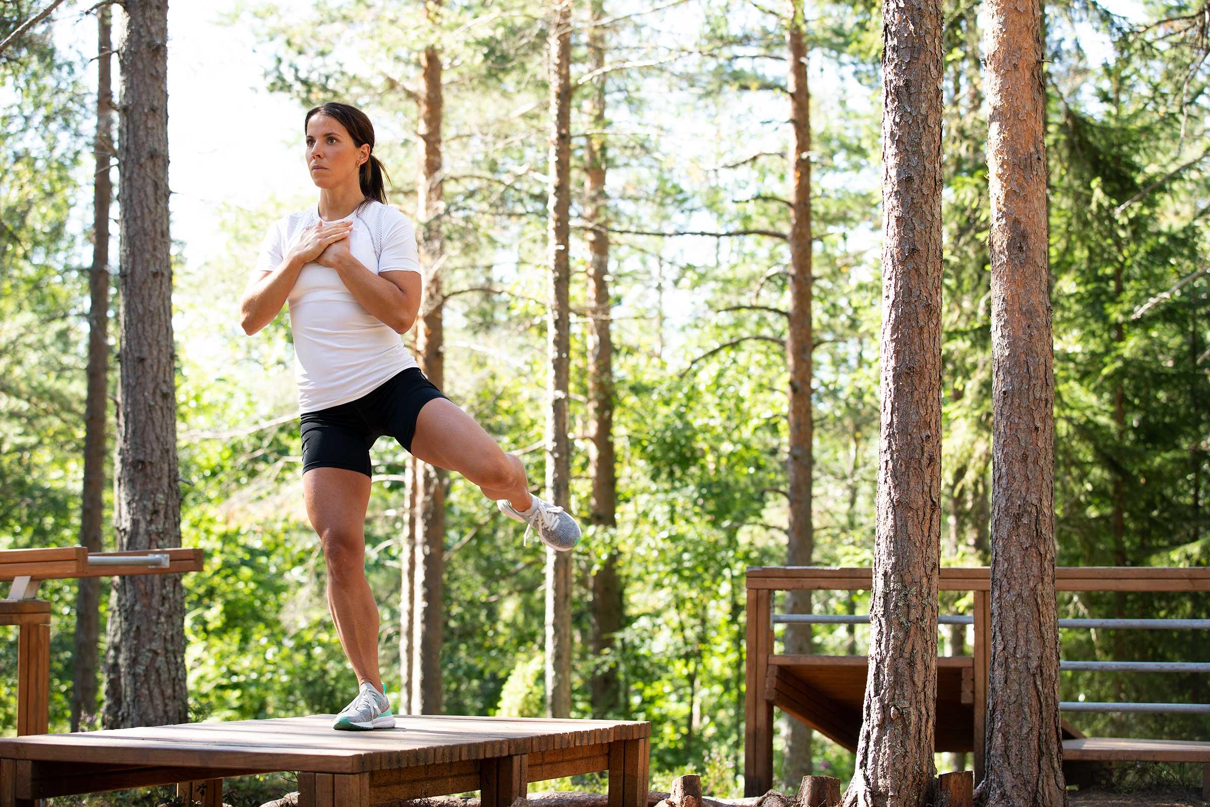 Charlotte Kalla fotograferad i utegym mot skogsmiljö