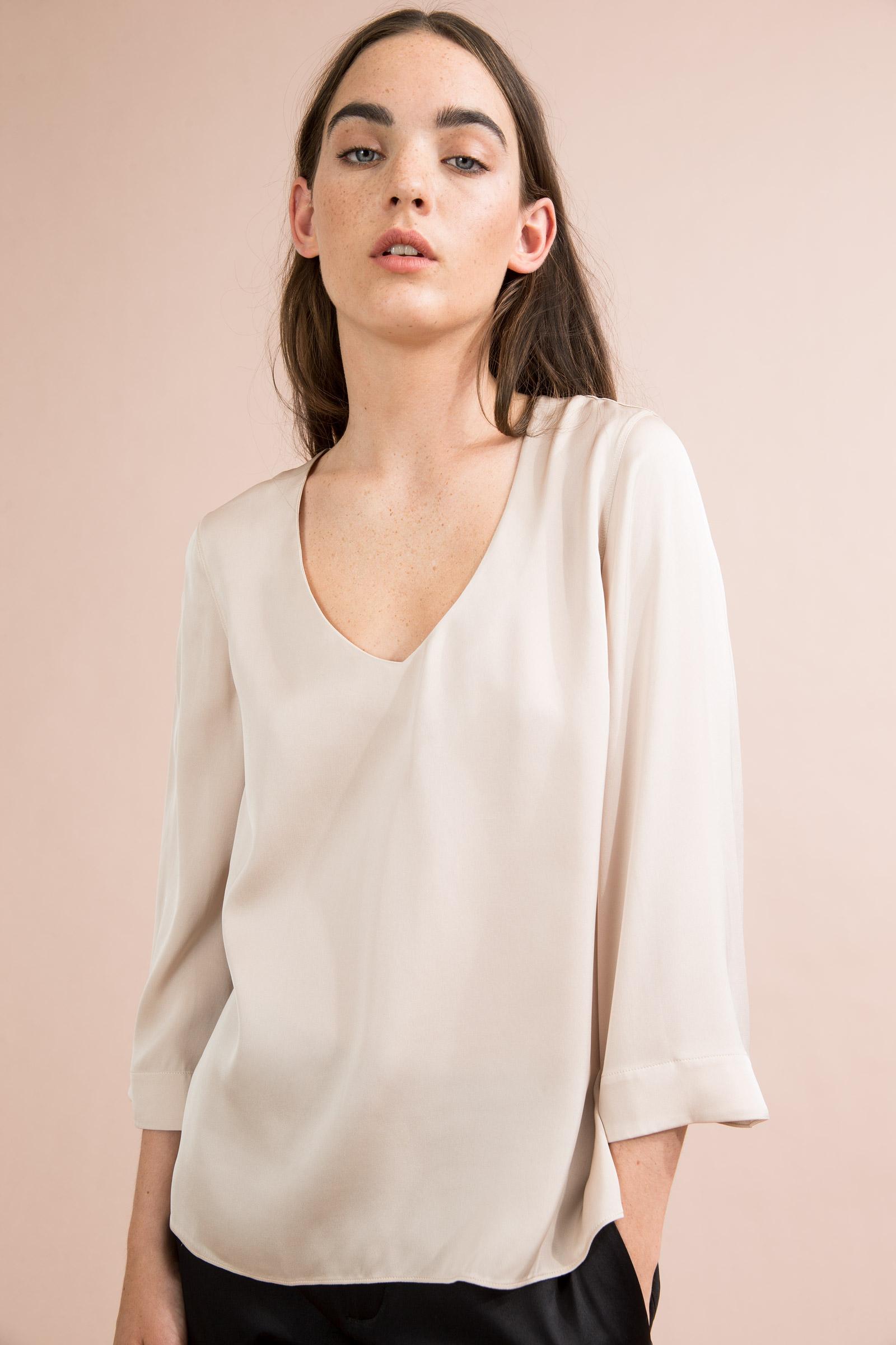 Kvinnlig modell under fotografering i Studio i snyggt ljus