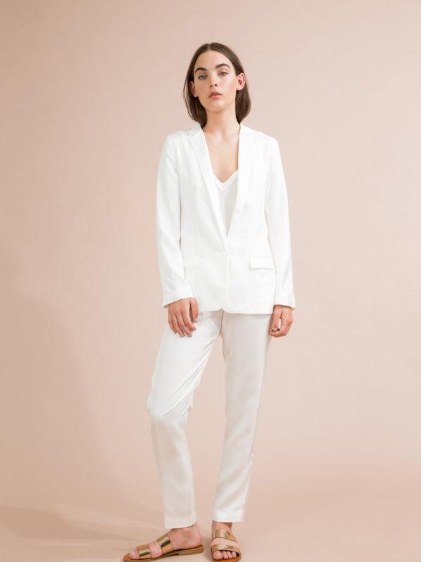 Kvinnlig modell klädd i vitt under fotografering i Studio