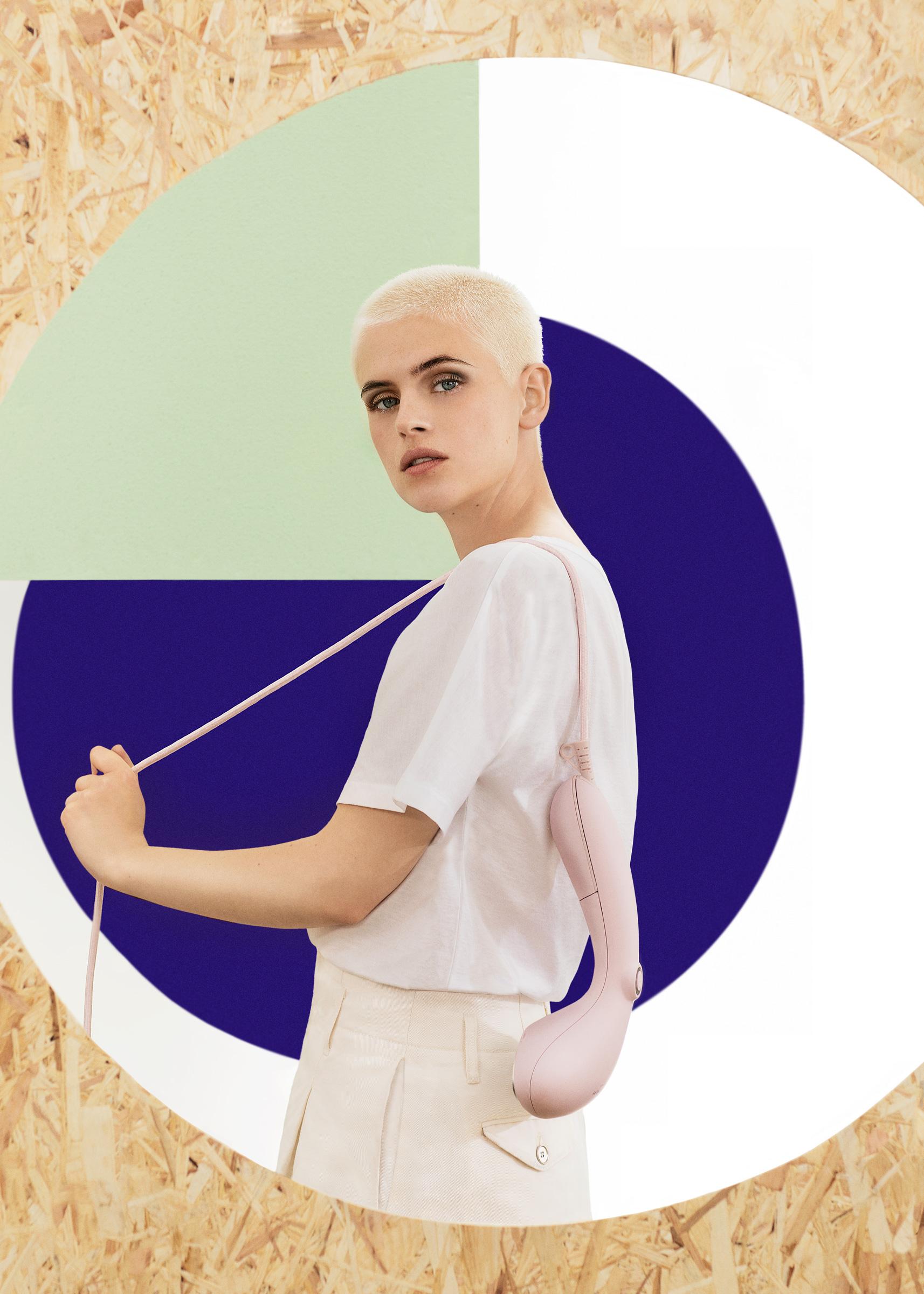 Kvinnlig modell visar upp Steamery Stockholms produkter fotograferad i studio