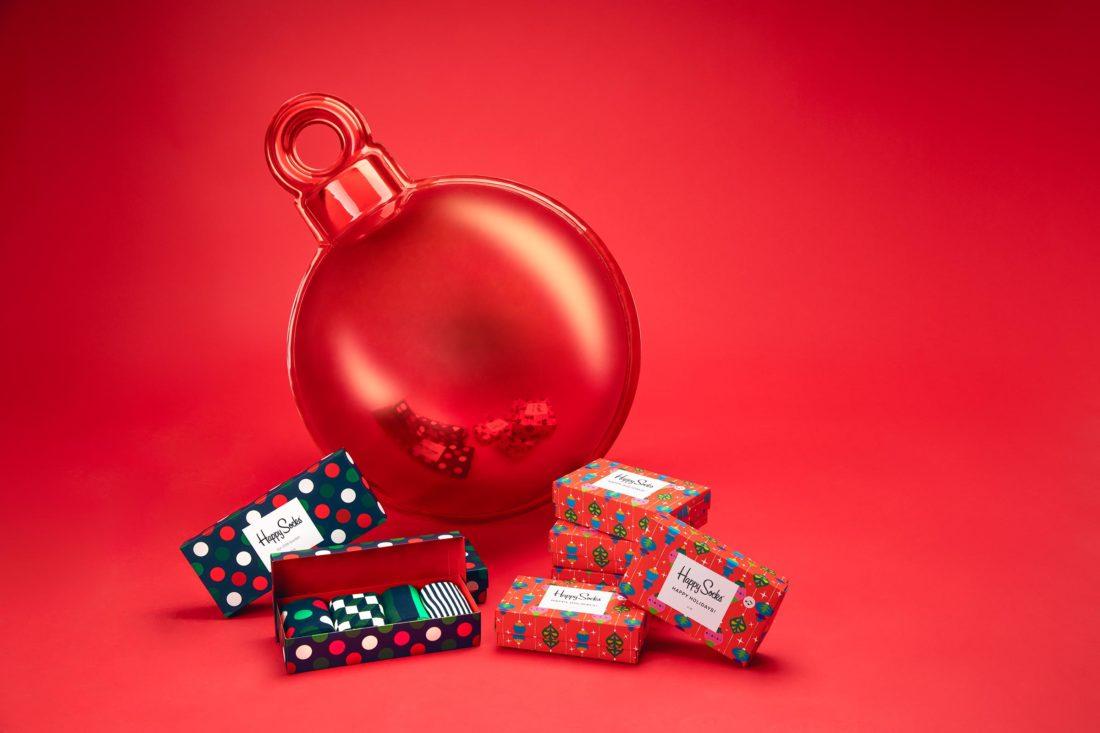 Stor julgranskula med julstrumpor från Happy socks