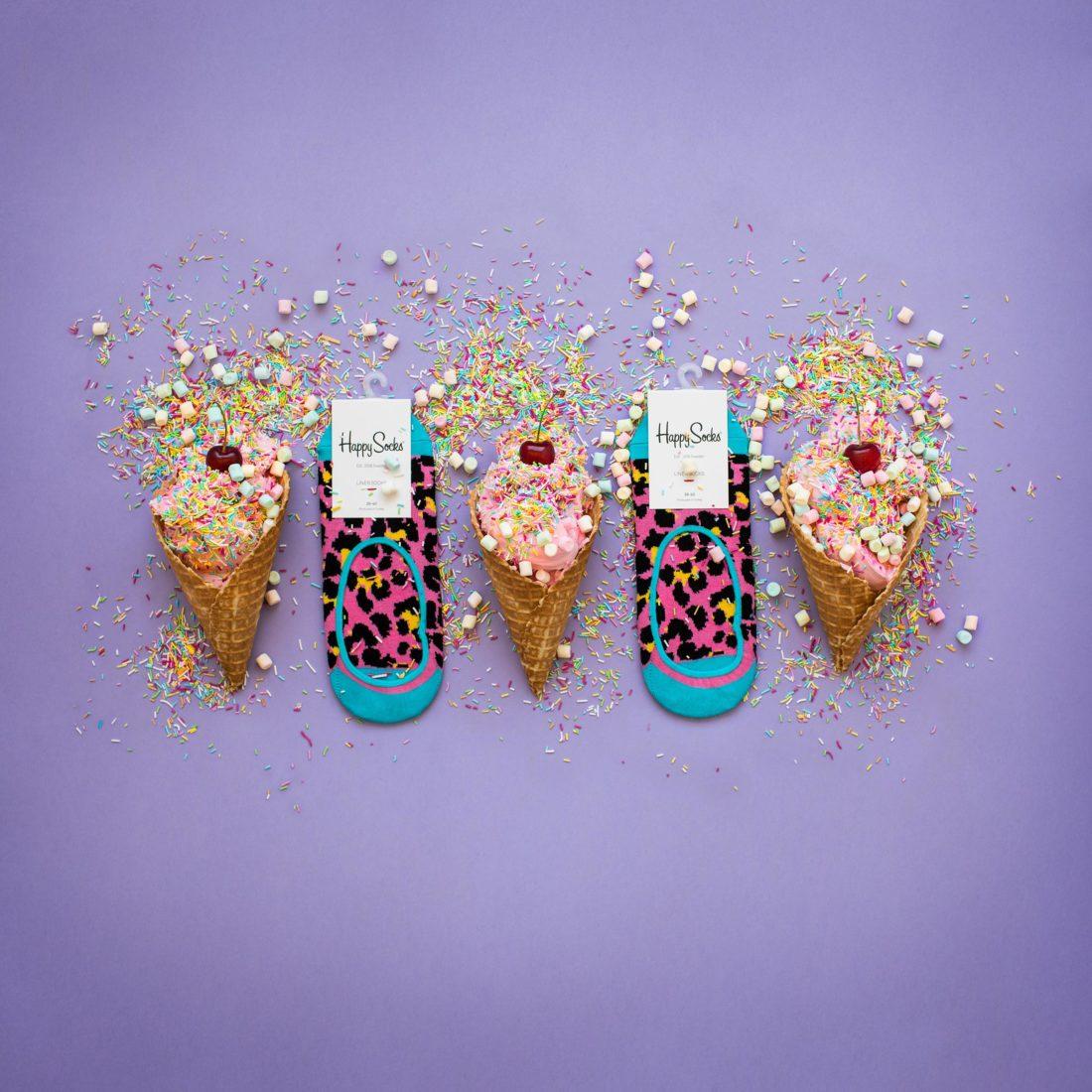 Mjukglass med strössel och körsbär tillsammans med Happy socks low socks