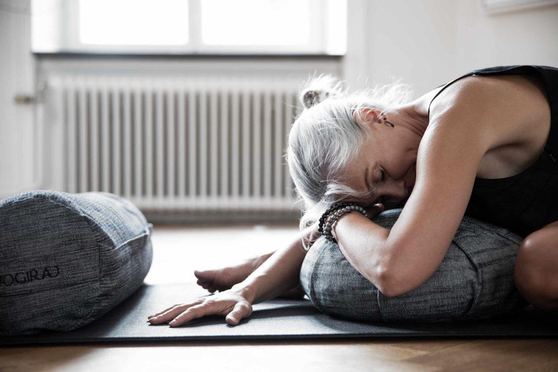 Person som gör Yoga hemma i fin miljö