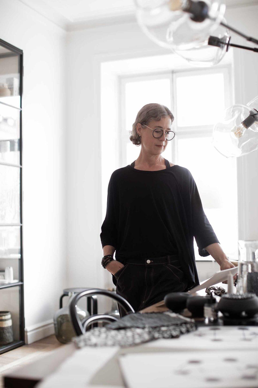 Porträtt i miljö hemma hos Ann Ringstrand fotograferad av fotograf Camilla Svensk