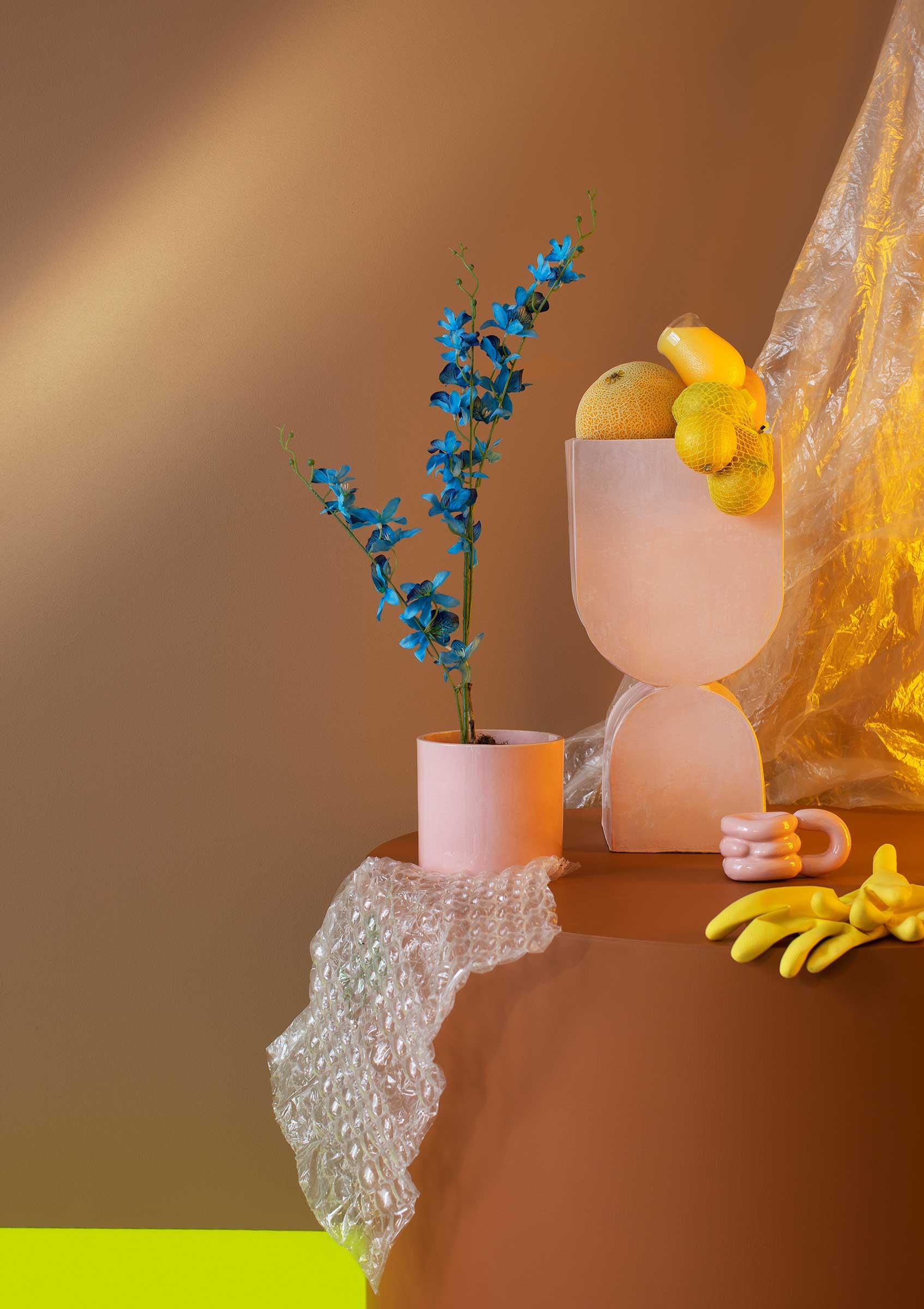 Stilleben av rosa keramik och plast fotograferat i studio