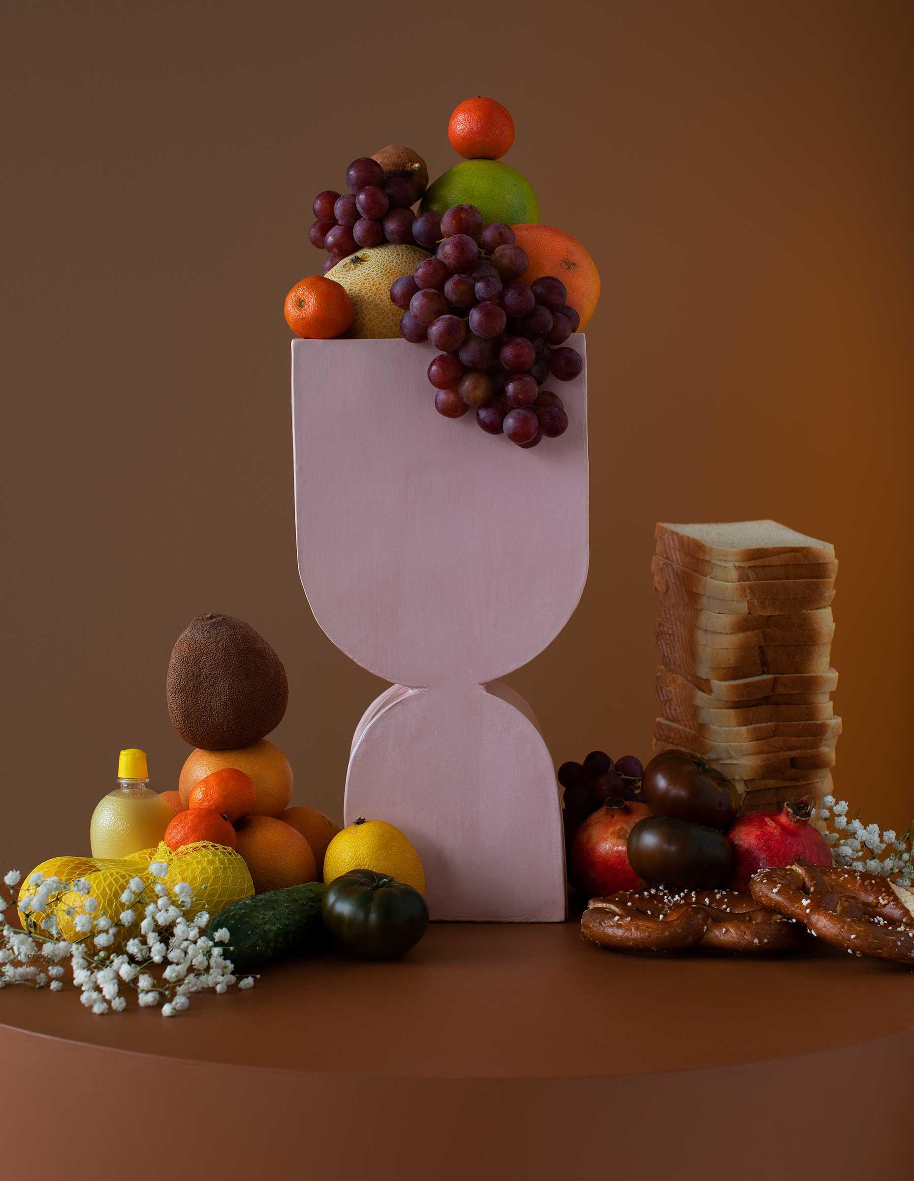 Stilleben med frukter och rosa keramisk vas i Rembrandt anda